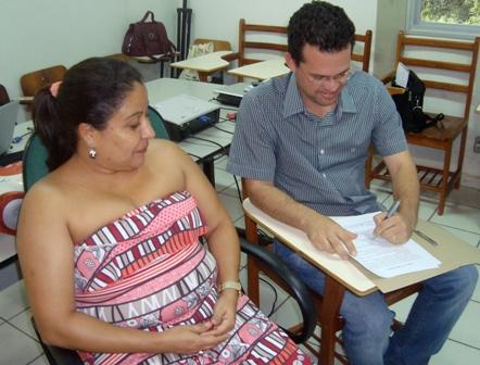 A coordenadora da Cades, Elisama Lima, e o Secretário Municipal de Saúde, Osvaldo leal, assinam a agenda de trabalho