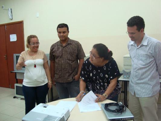 A presidente do Conselho Municipal de Saúde, Elisama Lima, assina a pactuação da agenda