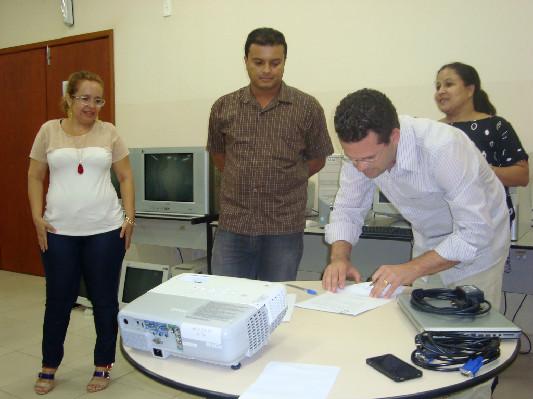 O Secretário Municipal de Saúde Osvaldo Leal assina o Termo de Compromisso